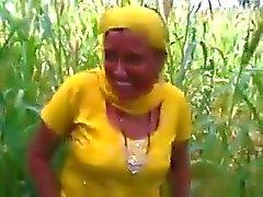 Joder indio en un campamento de maíz de