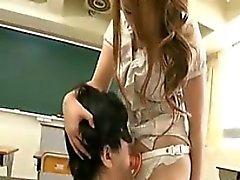 Japani muru Kun Strapon luokkahuoneessa