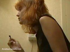 La novia de Upskirt en el baño toma un descanso al orgasmo antes de salir