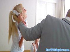 Netter Spritzen Schulmädchens indem Lehrerin gebumst