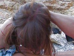 Brunette bonito implora um galo em cada extremidade