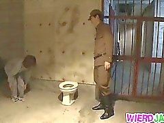 Gorgeous de MILF Despojado por un oficial y vuelve a mamar al