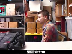 YoungPerps - Мальчик-победитель Twink, освобожденный охранником за кражу
