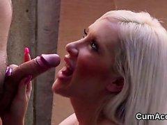 Hot stunner får cumshot på hennes ansikte suga alla spermierna26