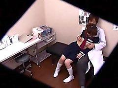 Pigtailed Schülerin hat einen geilen Arzt fingern und bangi