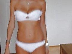 Catwalk - Belle fille russe en sous-vêtements et talons