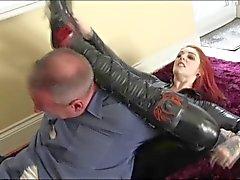 De Shay en spandex noir détruit un homme