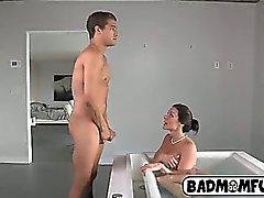 Schleichen während die My Mom masturbiert