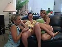 Med Tre lystna samt ensamt babes ge dig ut på ett spännande lesbisk äventyr