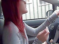 Redhead emo tonen tit in de auto