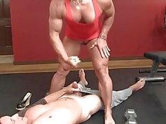 muscolo donna tira sul suo mini abito e giostre