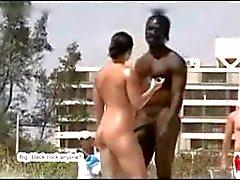 Muito sexy guy hung preto na praia de nudismo com a menina branca