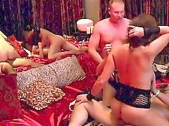 Varias parejas follan duro en esta fiesta swinger enorme