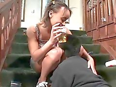 Teens Bier Soaked Möse Asshole abgefickt das auf Treppen