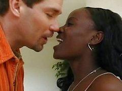 Mocha Ebony dá em todos os buracos