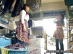 Geile japanse MILFS zuigen en neuken part2