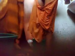 Giovane tizio in Bangladesh tenere un cam nascosta nel bagno prima di