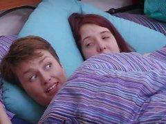Nette haarige Freundinnen im Schlafzimmer ficken