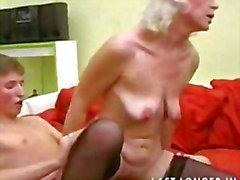 Granny with Verdrahtete Brüste Gets Fucked Teil2
