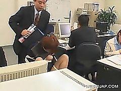 Jap Büro Babe bis zur Stuhl gefesselt sowie bei der Arbeit schlugen
