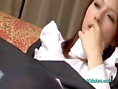 Maid Getting seu bichano Hairy Fingered e lambeu no sofá O Roo Sentando
