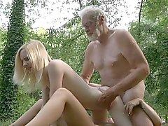 Oldman pénétrant les deux trous minuscules de la forêt