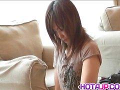 Sakura Hazuki Asian bebek anal boncuklar ve pus ile takılır