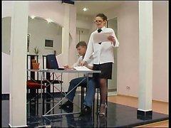 Sluty brunett sekreterare svarta strumpor gör avsugning