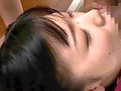 Zierliche Japanese Babe von prächtigen Freunde beobachtet