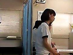 Zierliche japanische Süsse hat einen nerdy Kerl, der sorgfältig prüft