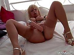 Зрелые Британского шлюха трахает ее прокалываемую киски с широкой пенисом