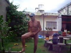 Masturbant dans le jardin