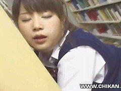 Viatonta Teinit hapuili koulun kirjastossa