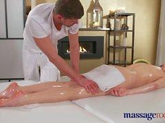 Massaggi Camere Hot brunette ha l'orgasmo spruzzando prima bella scopata