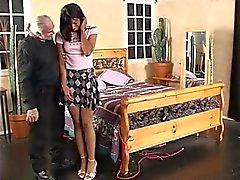Rok oude man liften ebony 's voor wilde spanking