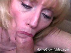 Reife Blondine in ihrem ersten hausgemachten Porno