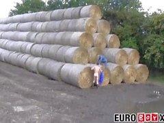 Söta unga euro gårdssjular knullar hårt på en höstack