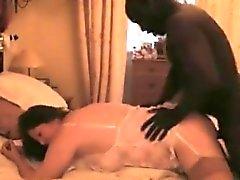 Sexy schwarzen Mann rasende begrenzte Vagina brunette Schlampe in