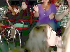 Bebés fiesta CFNM aspiran polla del separadores públicamente