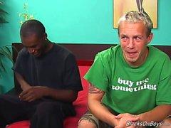 Un ragazzo si bianco comico e la un solo sesso appeso stallone nero che ha