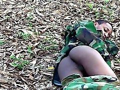 Jungen Homosexuell Kommando blinkend im Freien