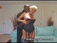 Voluptuous блондинка трахается Черный Друг