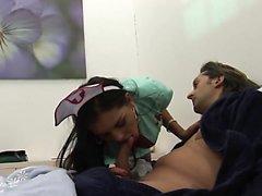 Brunette putain infirmière donne à son patient un traitement spécial