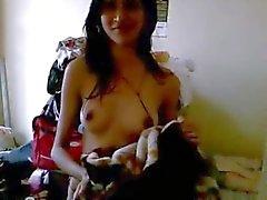Esbelta mulher ama a mostra fora seus maminhas pequenos