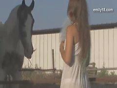 Teenager-Mädchen auf dem Bauernhof