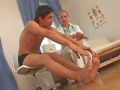 CFNM Nurse mit ihrem Selbsthilfe