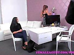 FemaleAgent . Sexy woman ist ein Spiel für etwas auf der Couch Mitteln