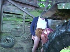 Milf mamá y papá alemán polvo al aire libre en la granja