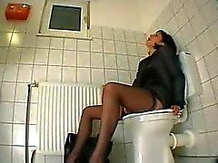 Masturbation bei der Arbeit, liebäugelt anal auf der Toilette