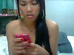 Niña tailandesa frota su coño hasta que chorros de
